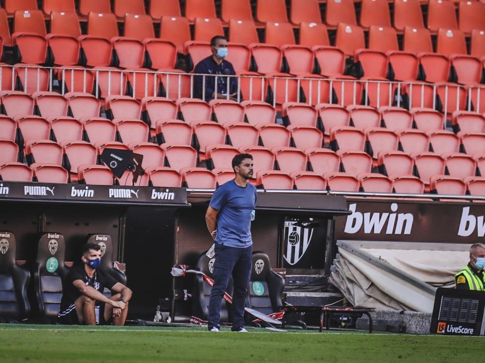 Míchel Sánchezm en el área técnica del estadio de Mestalla.