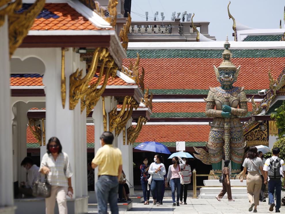 Imagen de turistas estos días en el gran palacio de Bangkok, en Tailandia.