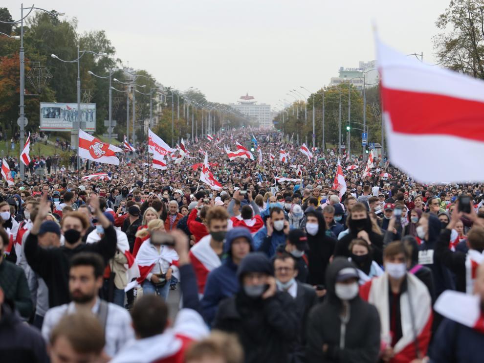 Miles de personas en la manifestación opositora en Minsk, este domingo.
