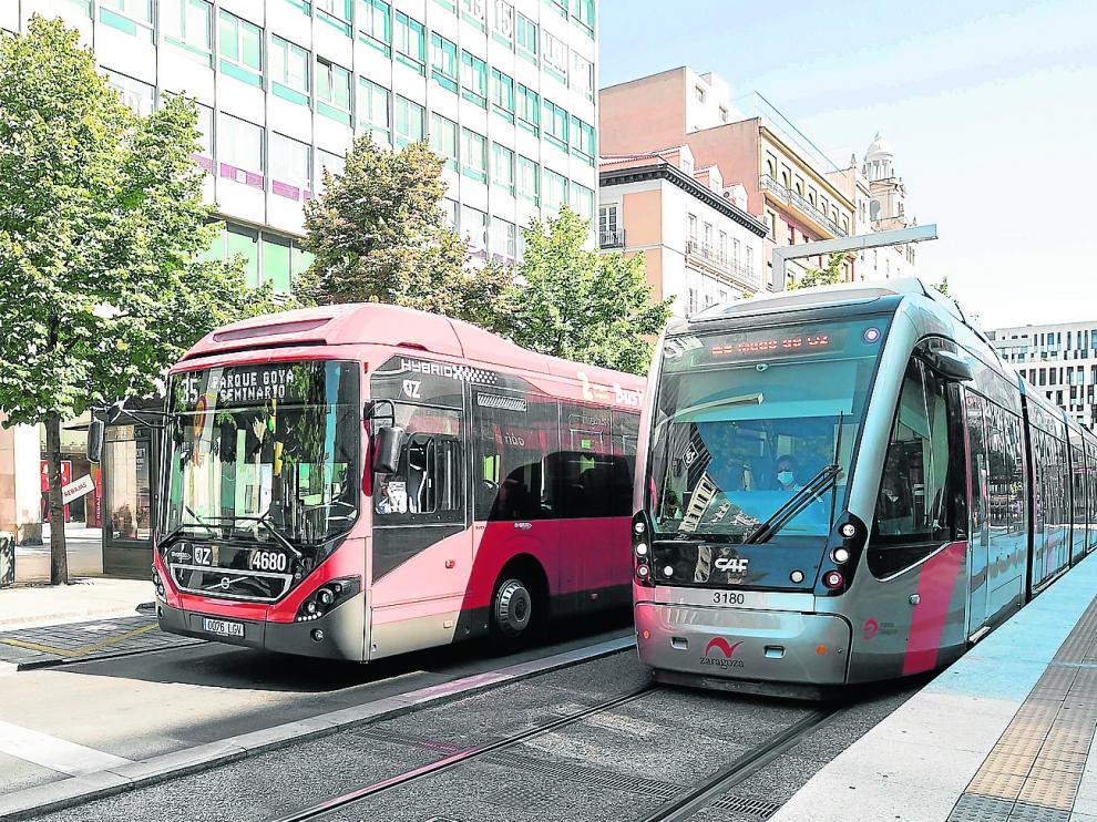 Un autobús urbano de la línea 35 y un tranvía circulan por el paseo de la Independencia de Zaragoza.
