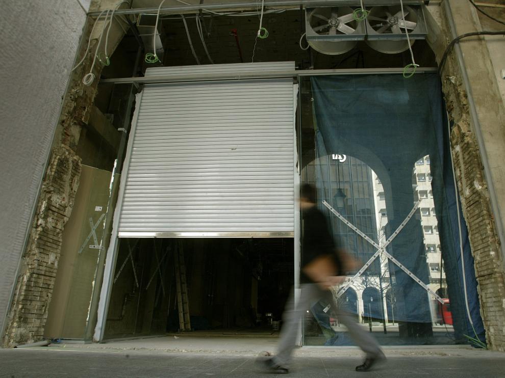 Imagen de archivo de las obras que transformaron el viejo cine Coliseo de Zaragoza en una tienda de Mango.