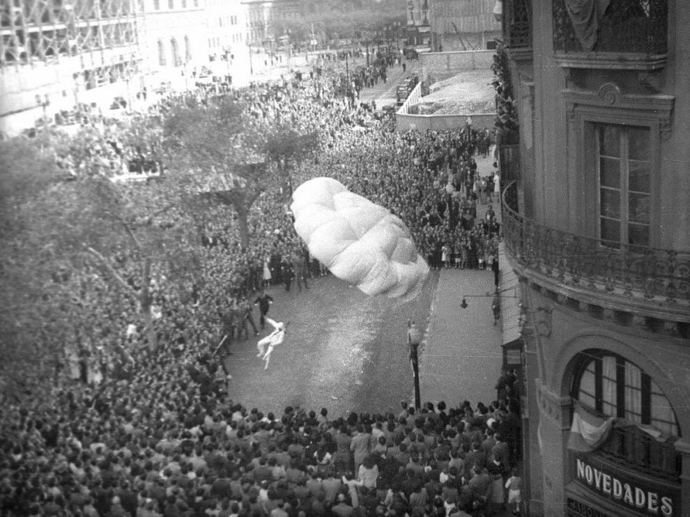 James Will, en paracaídas en la plaza del Pilar en 1952