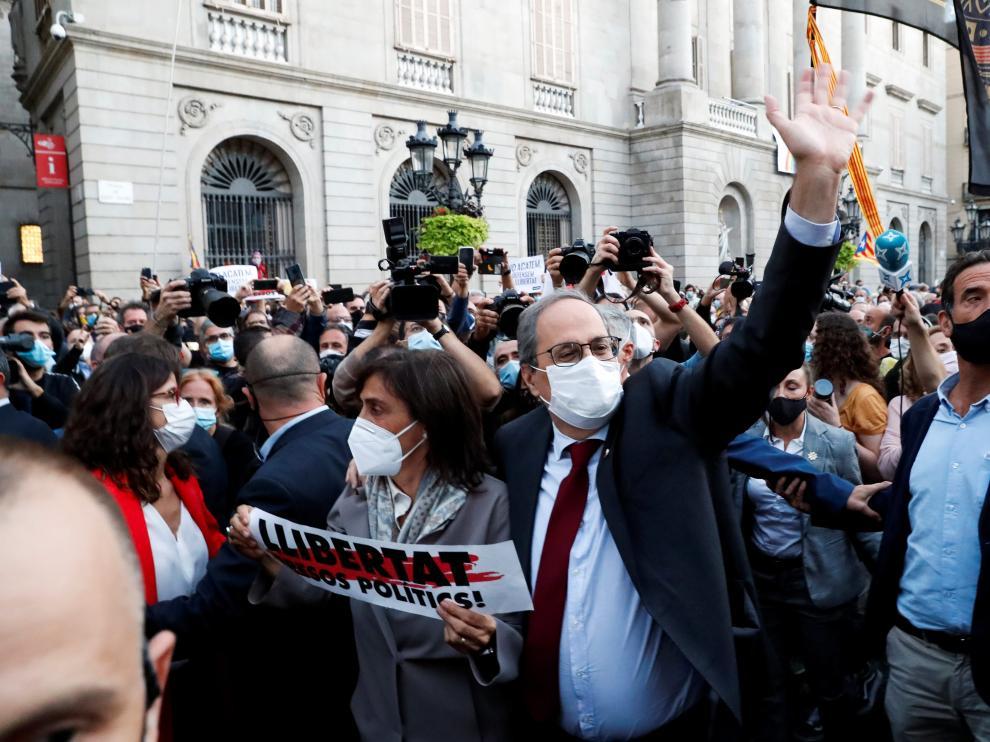 Quim Torra abandona el Palau de la Generalitat, acompañado por su esposa, Carola Miro, y rodeado por decenas de simpatizantes.