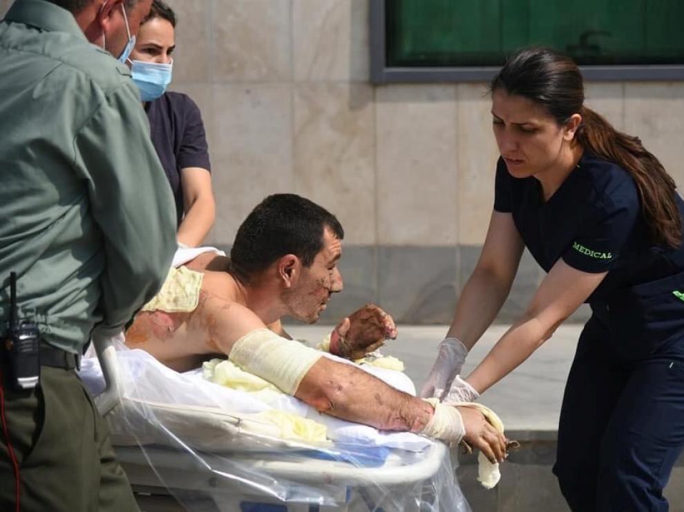 Servicios de emergencia armenios atienden a un herido en los enfrentamientos en Nagorno-Karabaj.