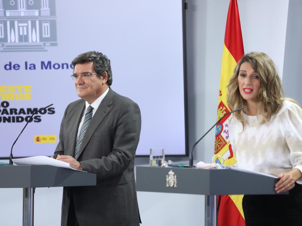 El ministro de Seguridad Social y Migraciones, José Luis Escrivá, y la ministra Trabajo y Economía Social, Yolanda Díaz, comparecen en rueda de prensa.