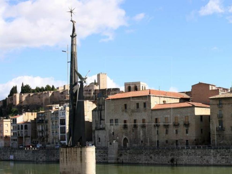 El monumento franquista ubicado en el Ebro a su paso por Tortosa, en una imagen de archivo