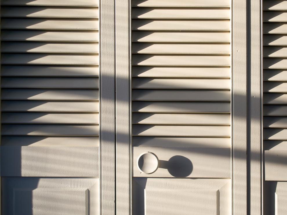 Foto de archivo de la puerta de un armario