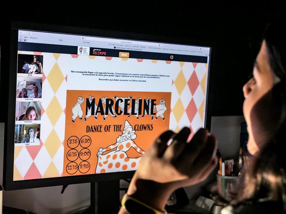 Jugadores ante uno de los juegos 'on line' creados por Osca Games.