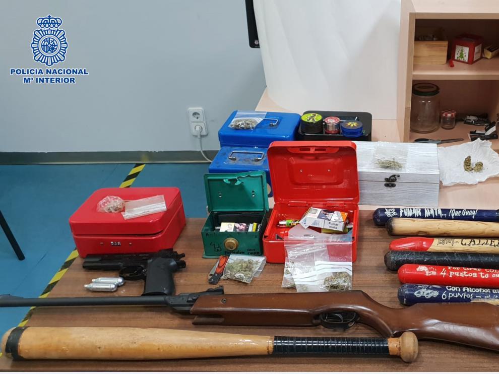 La escopeta, los bates de beisbol y otro material encontrado en la Peña Rulas de Zaragoza.