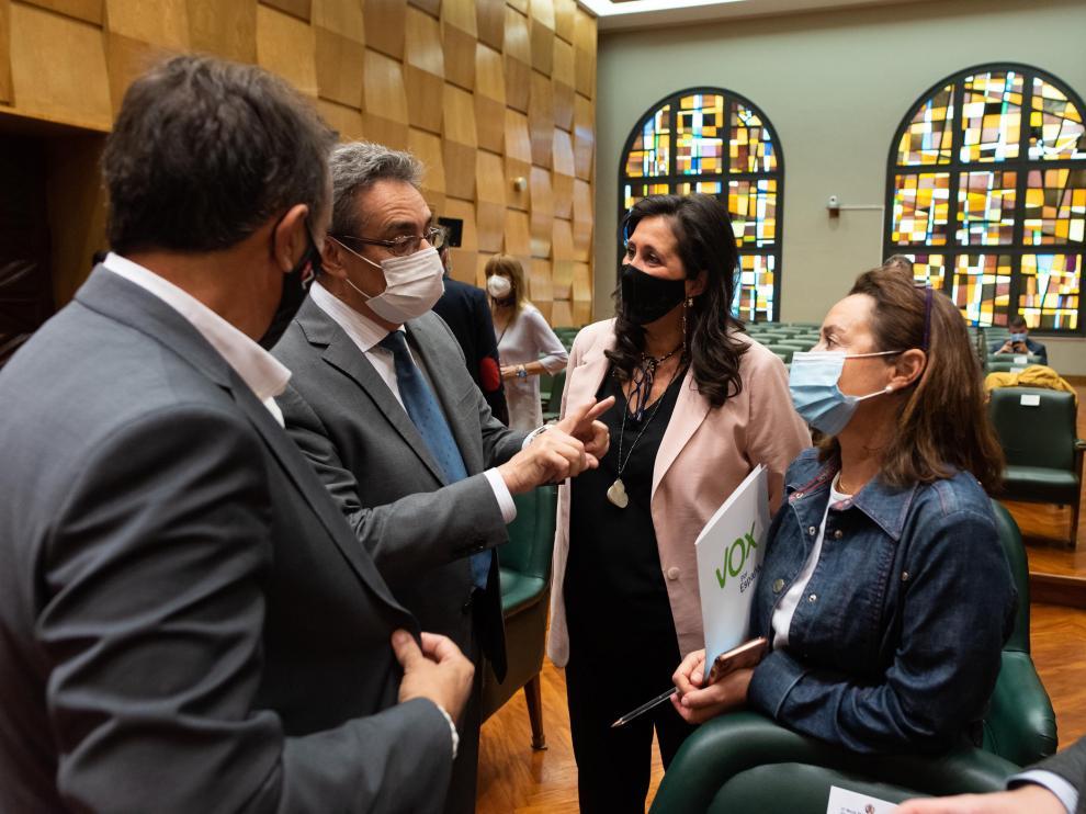 Los ediles de Vox, Julio Calvo y Carmen Rouco, conversan con varios concejales del gobierno PP-Cs