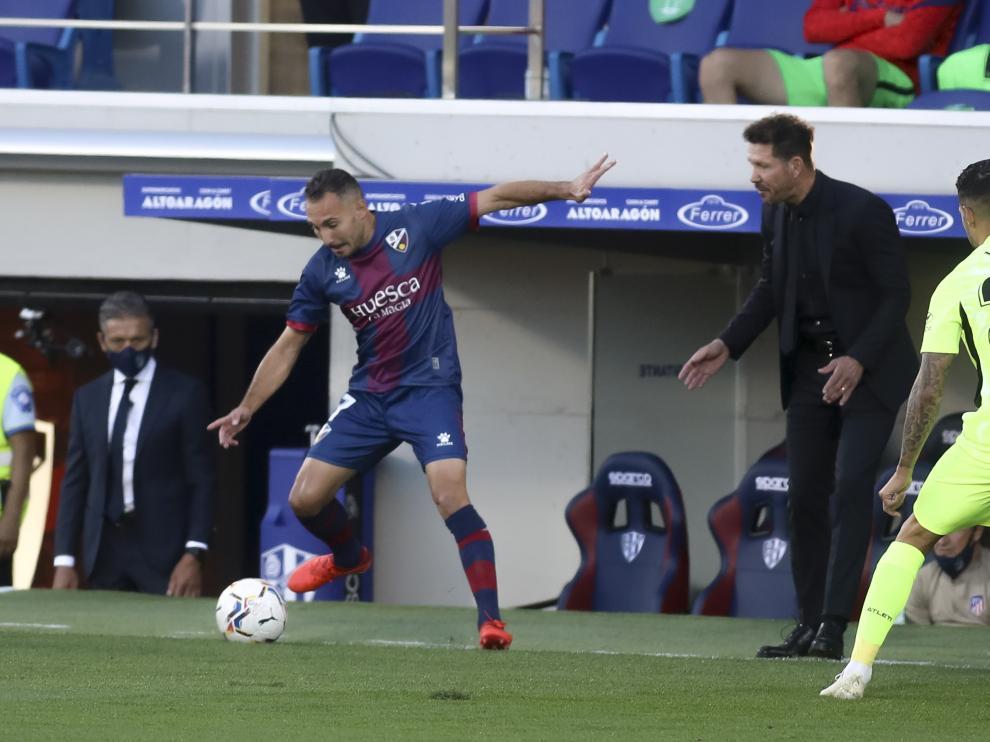 Ferreiro controla la pelota ante la mirada del Cholo Simeone.