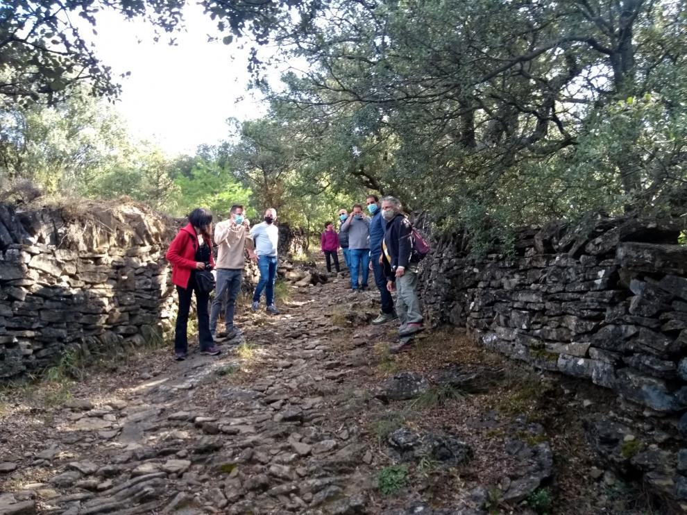 Visita de la artista Lucía Lorén y autoridades a los muros de Cheto en el valle de Rodellar