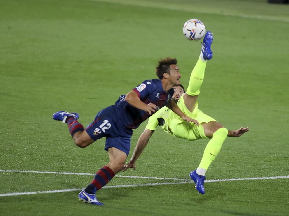 Okazaki, en pugna con el central atlético Felipe.