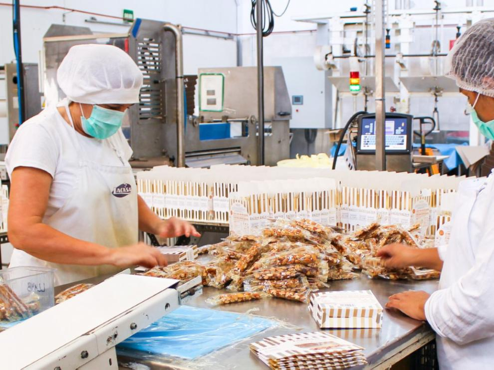 La planta de Utebo ya está produciendo los turrones que llegarán al mercado esta Navidad.