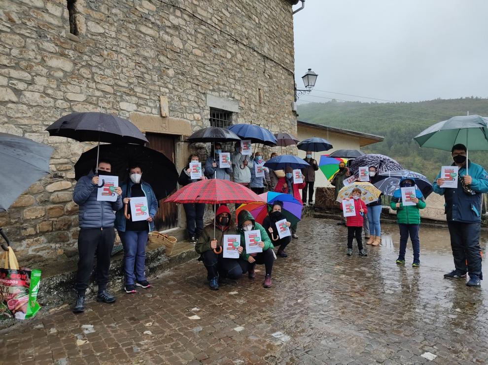 Protesta de los vecinos de Aragüés del Puerto por una sanidad rural digna.