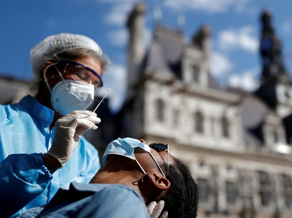 Francia pruebas de covid frente al Ayuntamiento de París.