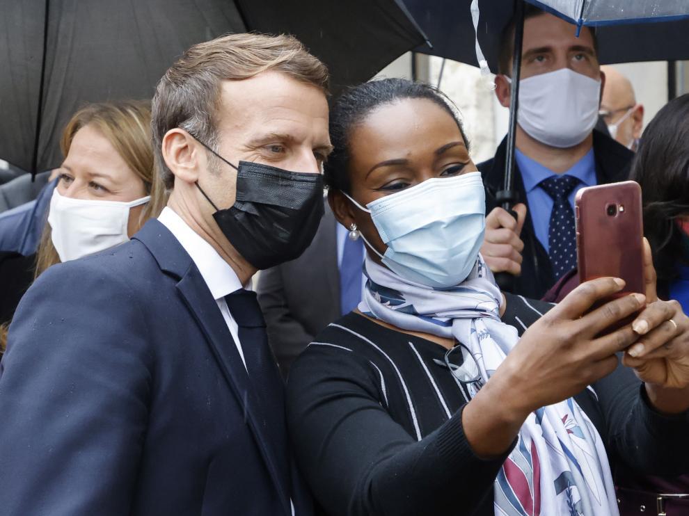Macron posa para un selfie.