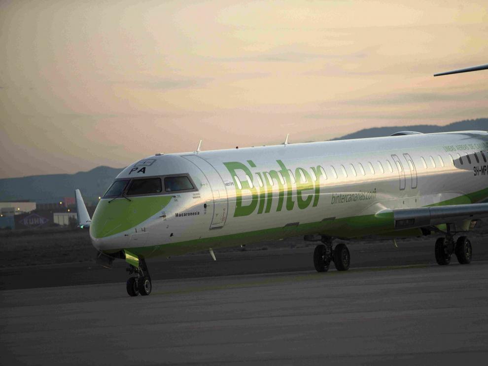 Un vuelo de Binter a su llegada al aeropuerto de Zaragoza