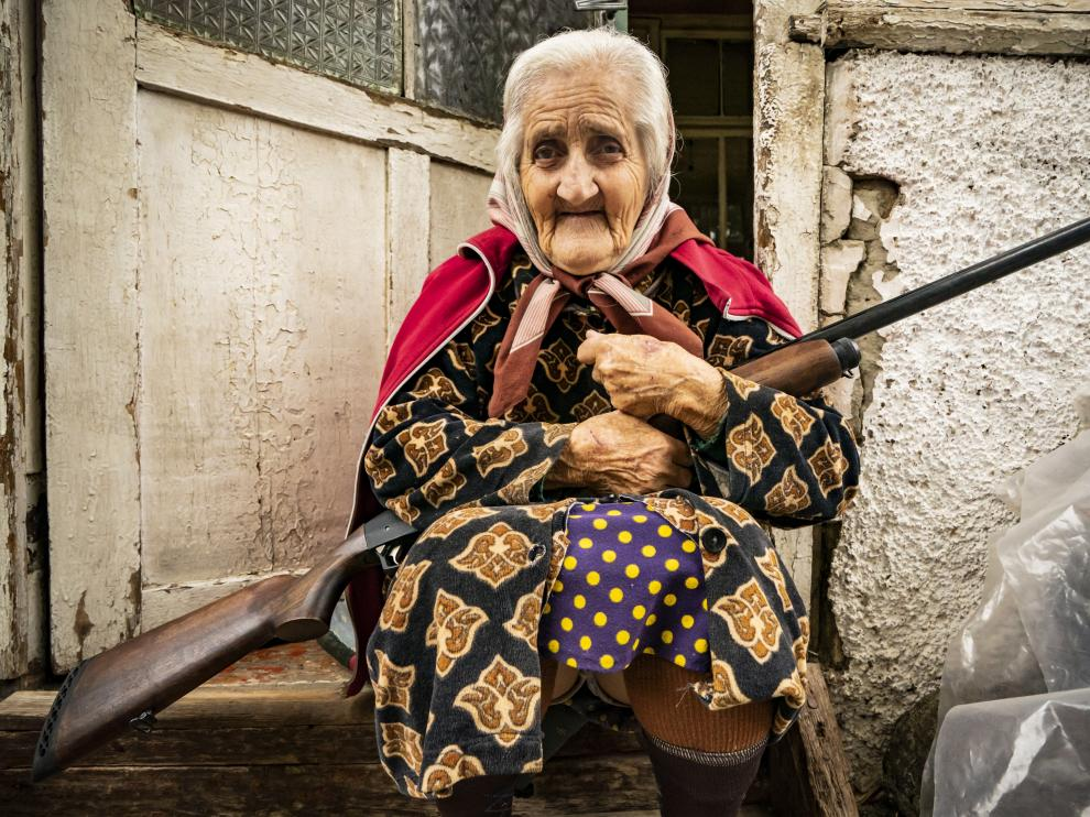Una anciana armada con un rifle a las puertas de su casa