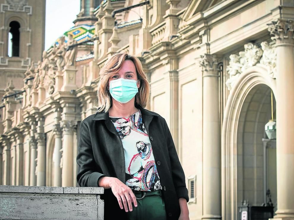La delegada del Gobierno, Pilar Alegría, con la basílica al Pilar de fondo.