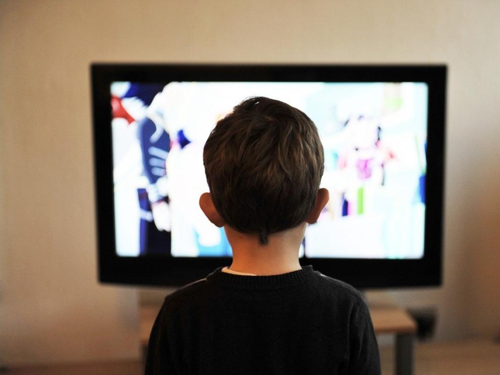 Un niño viendo la televisión