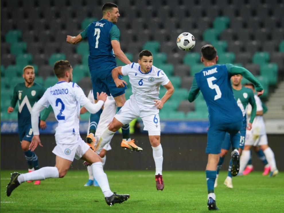 Vuckic se eleva sobre la defensa de San Marino en un remate.