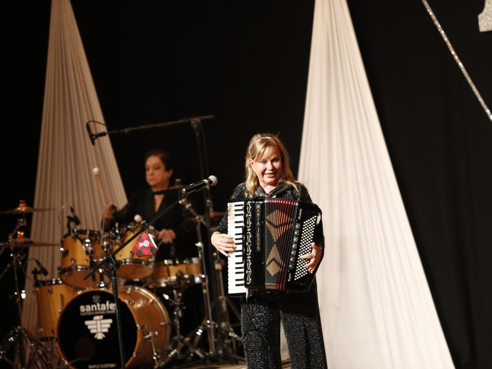 María Jesús y su acordeón interpreta 'Los pajaritos' en la función de ayer en Zaragoza.