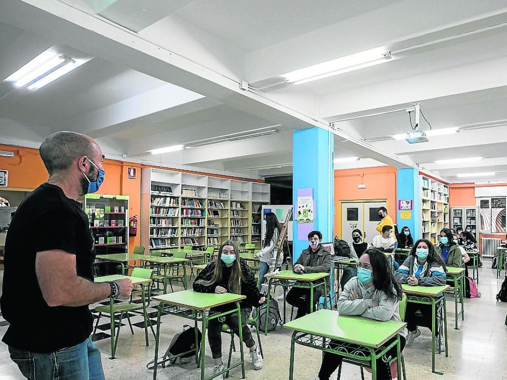 Un profesor imparte clases en el IES Virgen del Pilar de Zaragoza.