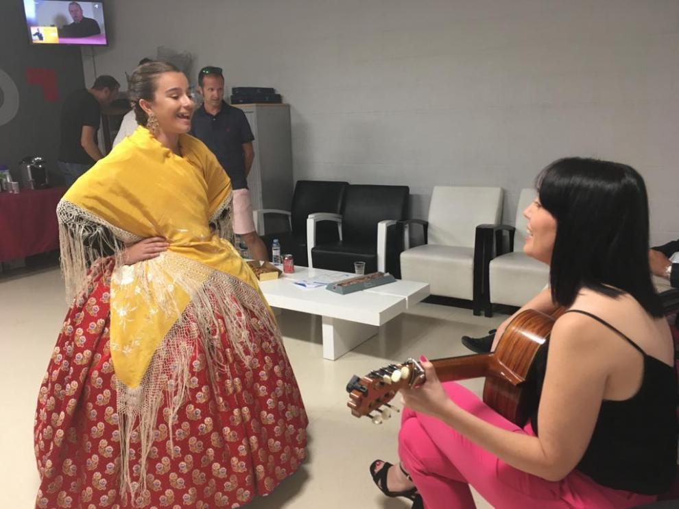 Adriana, con su profesora de jota, a su paso por el programa de Aragón TV Tres minutos.