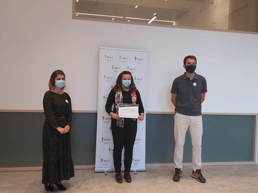 Patricia Serrano y Patxi García, de la AECC hacían entrega del certificado a la alcaldesa de Mainar María Lina Hernando.