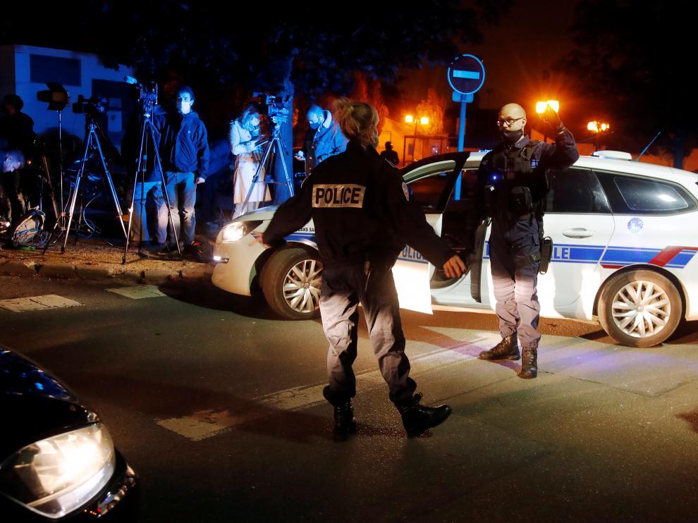 Agentes policiales en las inmediaciones de donde han ocurrido los hechos, en los suburbios de París.