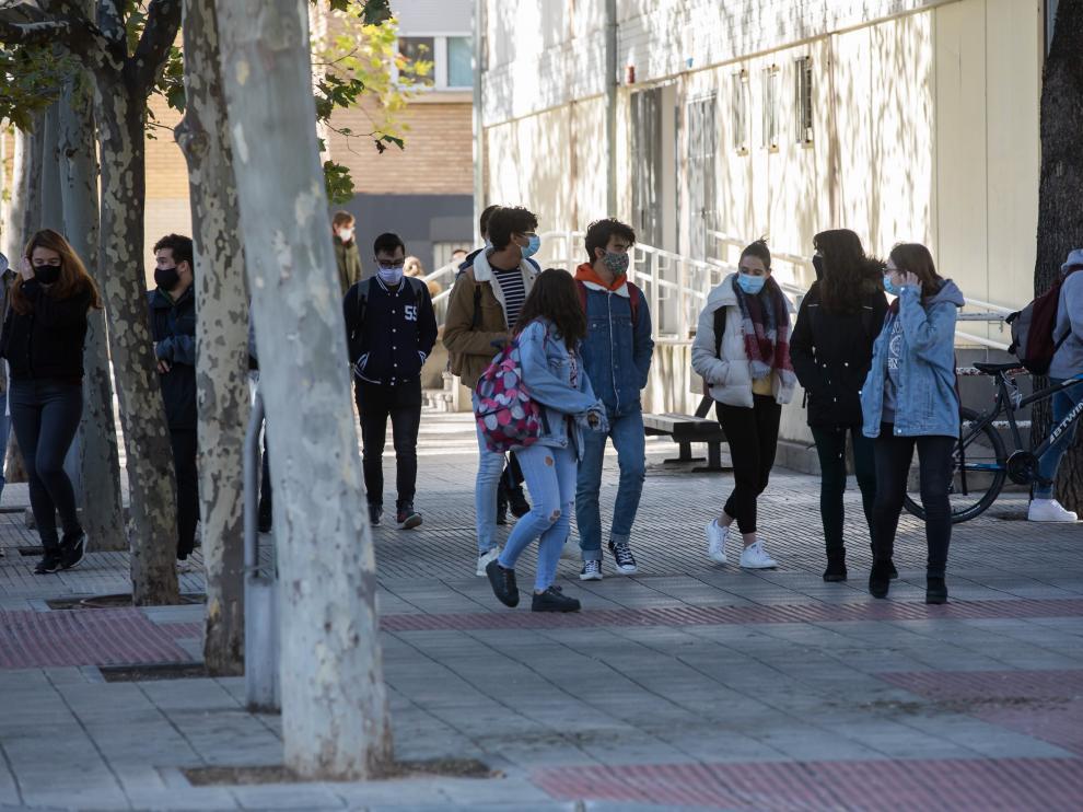 Estudiantes universitarios, este viernes, en el campus San Francisco de Zaragoza
