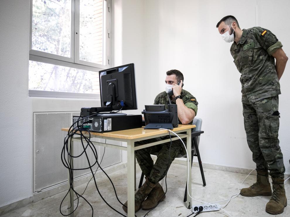 El teniente Miguel Blasco, de la Brigada Aragón I, es el jefe de una de las cuatro secciones que trabajan en la Unidad de Vigilancia Epidemiológica en la Comunidad para frenar al virus. En la imagen, Blasco junto a parte del equipo de rastreadores militares a su cargo en el Hospital Militar de Zaragoza.