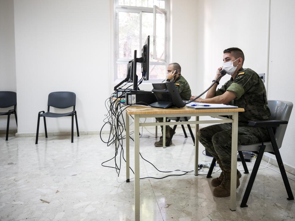 El teniente Miguel Blasco, de la Brigada Aragón I, es el jefe de una de las secciones que trabajan en la Unidad de Vigilancia Epidemológica de Aragón. En la imagen, este jueves en el Hospital Militar de Zaragoza con parte de los rastreadores millitares a su cargo.