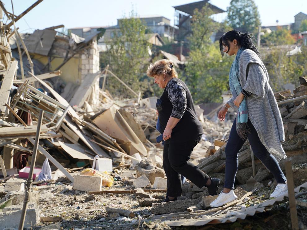 Dos mujeres caminan por una zona en ruinas de Stepanakert, capital de Nagorno Karabaj, este sábado.