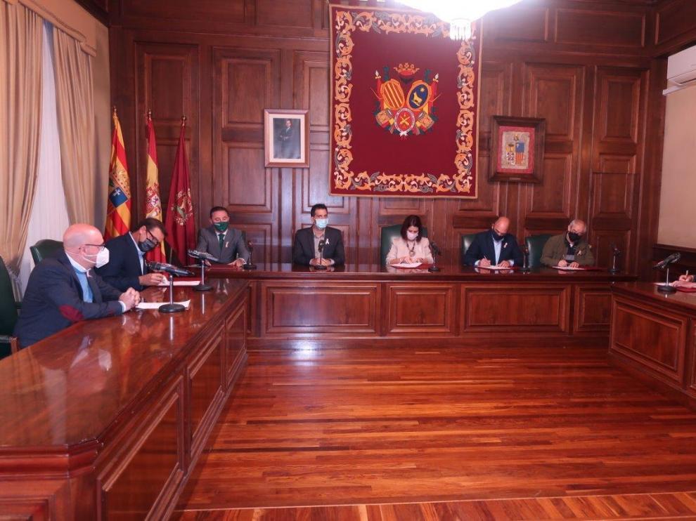 Firma del convenio para digitalizar el comercio local en el Ayuntamiento de Teruel.