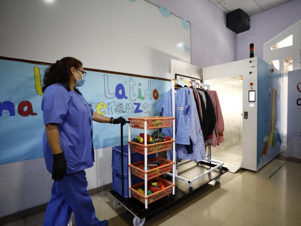 HMY Yudigar diseña una cabina que desinfecta prendas de ropa con ozono.