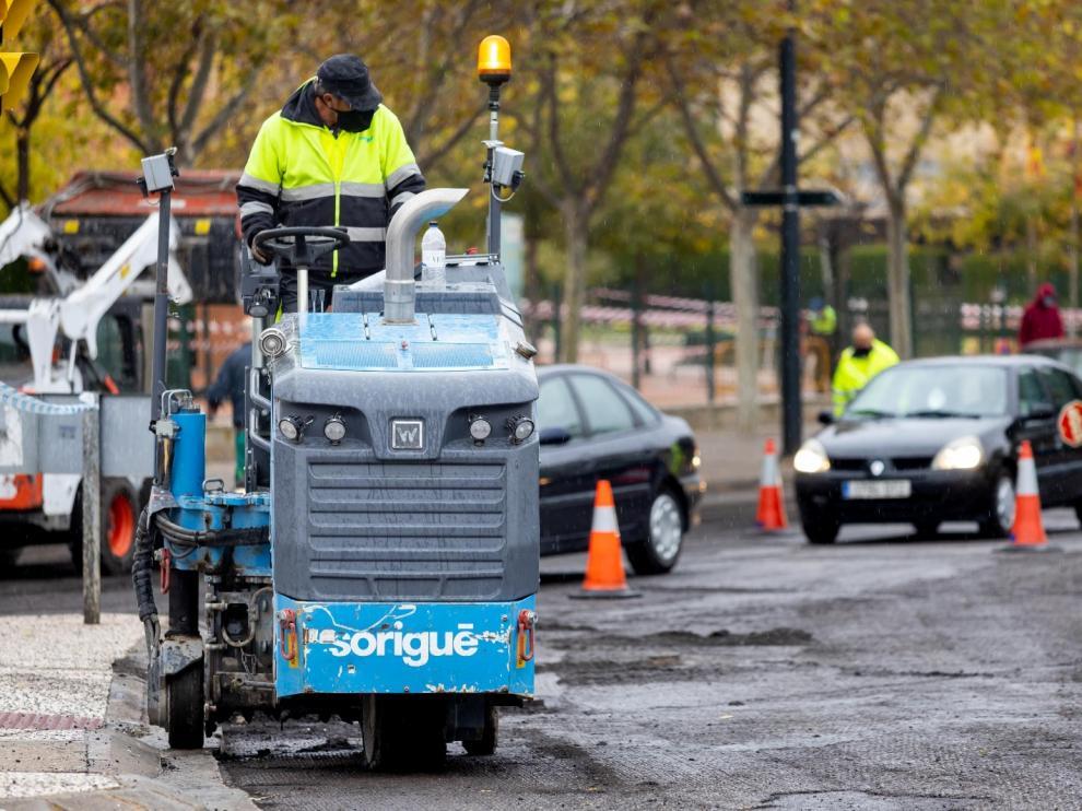 Los trabajos de mejora del asfaltado se centran estos días en Violante de Hungría.