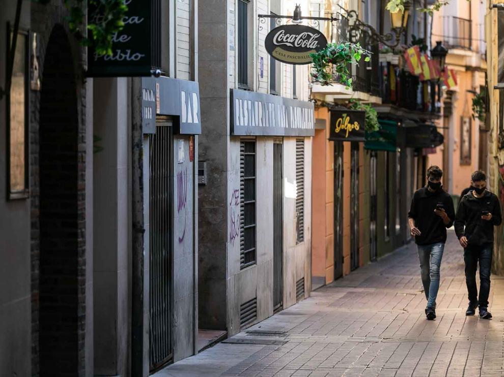 Paseantes por la calle Libertad del Tubo.