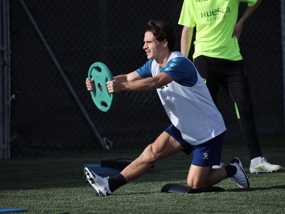 Jaime Seoane realiza un ejercicio con un disco.