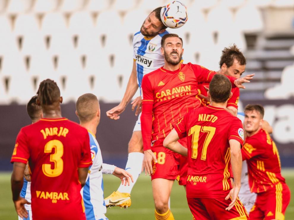 Atienza es superado en un remate por alto por Borja Bastón en el Leganés-Real Zaragoza de este jueves.