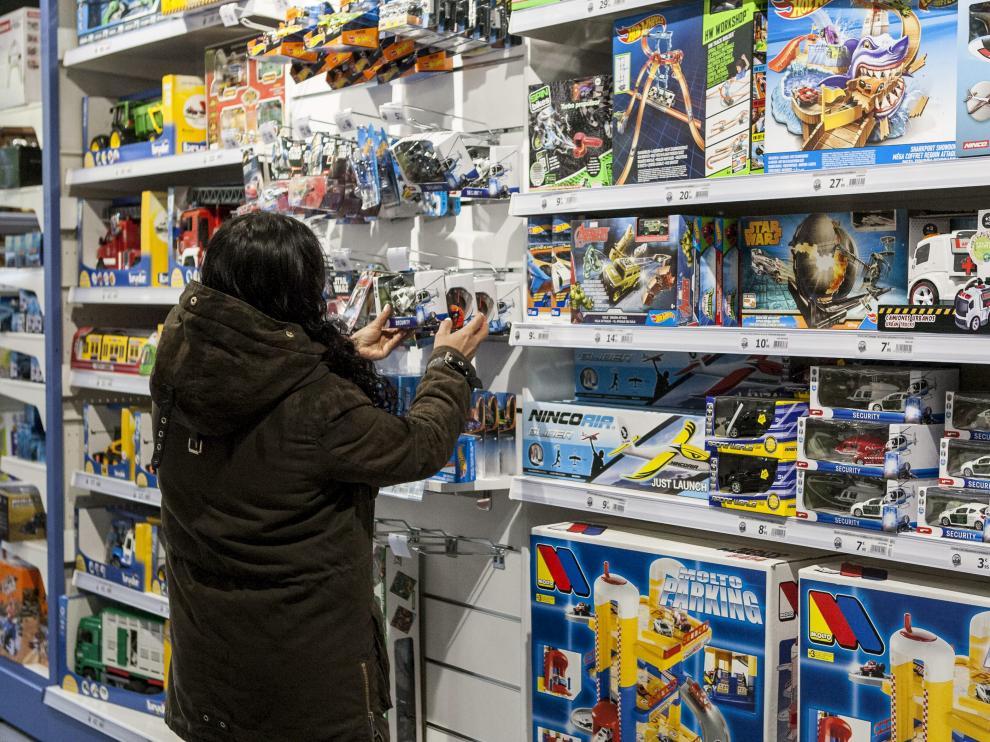 Las estanterías de las tiendas de juguetes están repletas estos días.