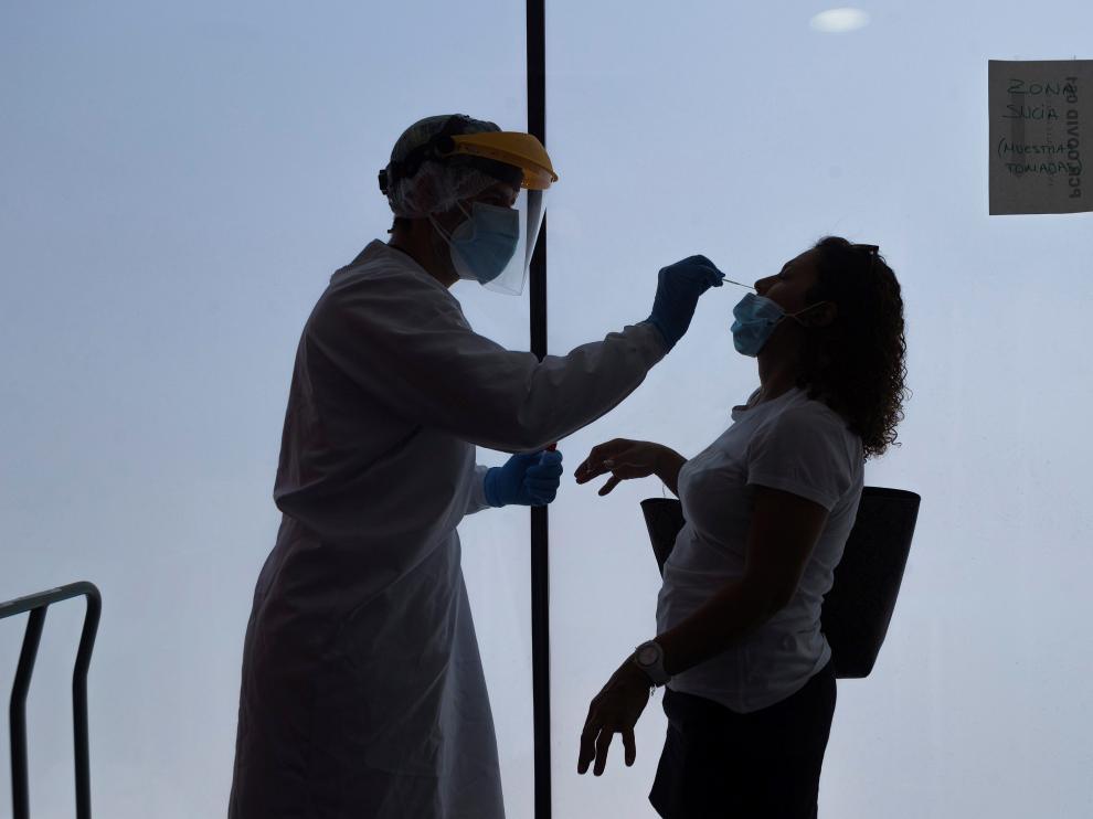 Un enfermero del 061 hace una prueba PCR durante el mes de agosto.