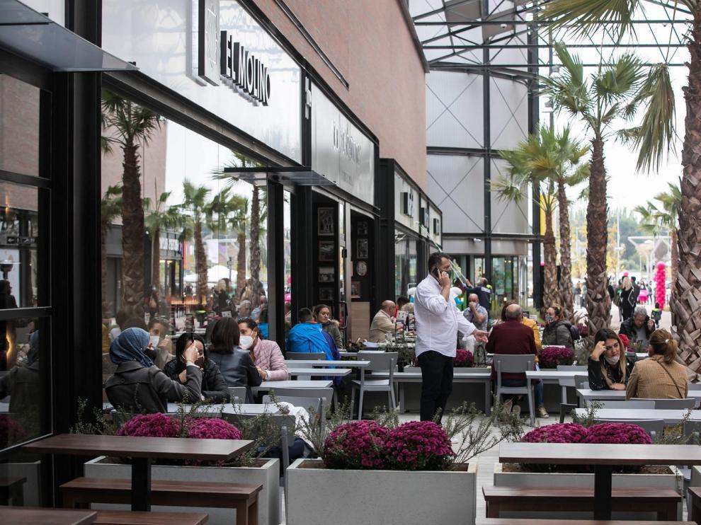Terraza en la zona de bares y restaurantes de La Torre Outlet de Zaragoza