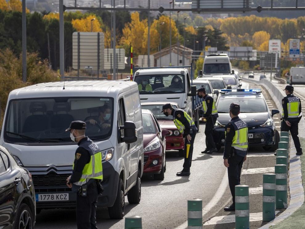 Cntrol de la policia nacional en la entrada y salida de Teruel en la carretera N-234 tras la orden de confinamiento de la ciudad. Foto Antonio Garcia/Bykofoto. .22/10/20 [[[FOTOGRAFOS]]] [[[HA ARCHIVO]]]
