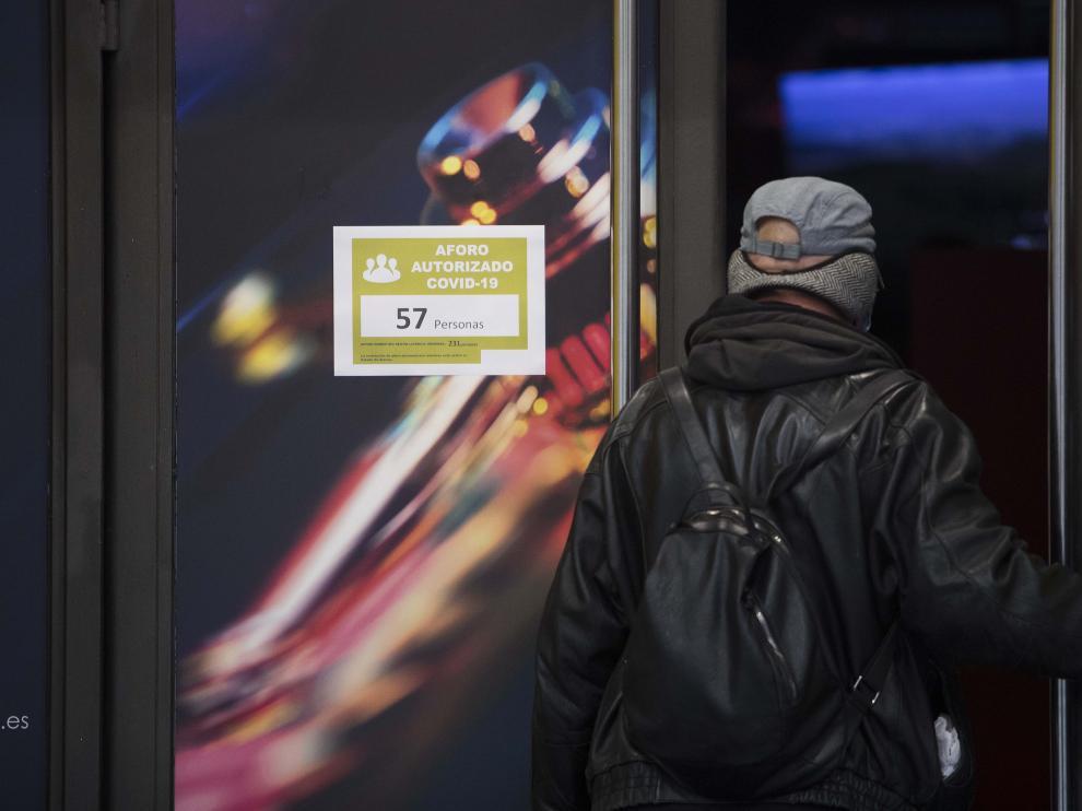 Un cliente entra en un salón de juegos en el que se marca el aforo que establece el decreto del Gobierno de Aragón.