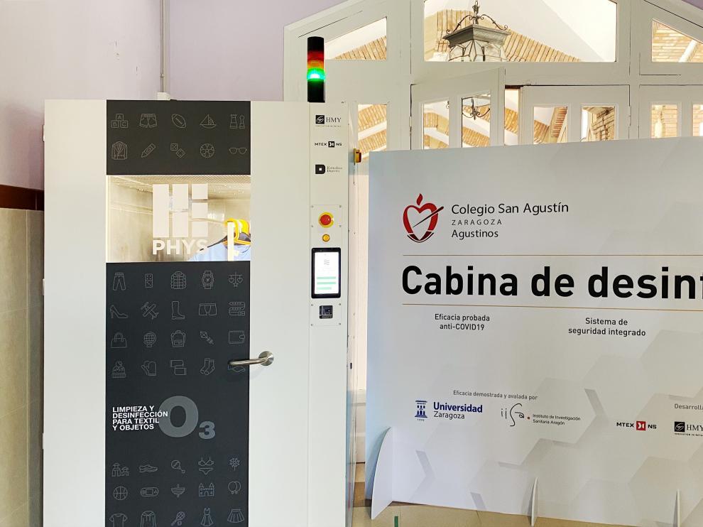 Cabina de desinfección patentada por HMY y que se utiliza ya en el colegio Agustinos para higienizar el material utilizado en las aulas.