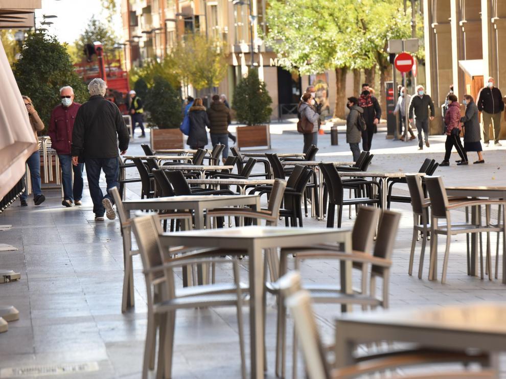 Terrazas en los Porches de Galicia, en el centro de Huesca, este lunes al mediodía.