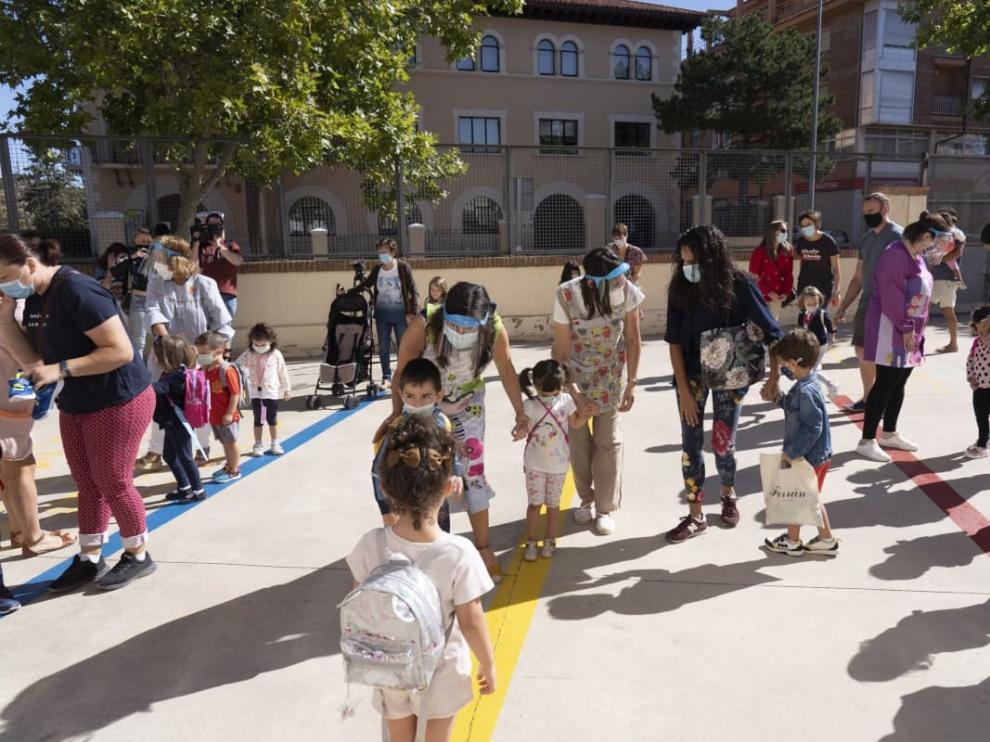 Salida de clase de alumnos del primero de infantil en el colegio Ensanche en Teruel.