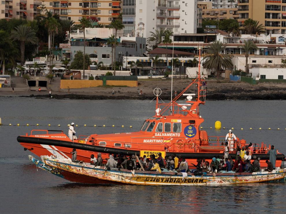Llegada de un cayuco con 80 inmigrantes al sur de Tenerife.